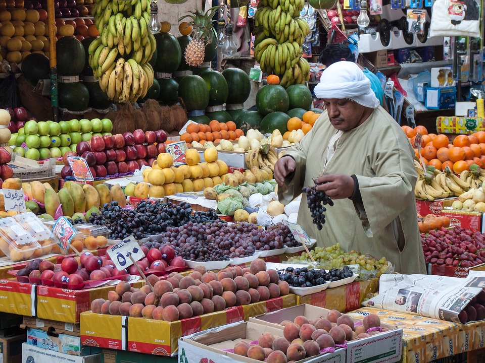 image of vendor with fruits